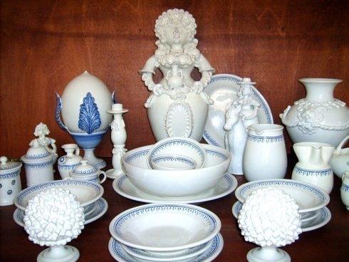 piatti e statue in ceramica