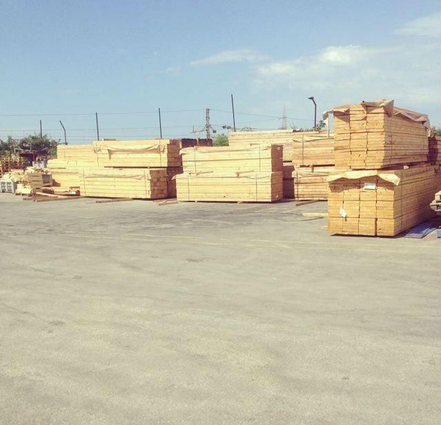 delle assi di legno al'esterno di un magazzino