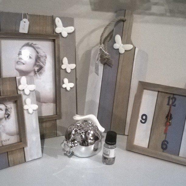 portafoto cornici e orologio da tavolo