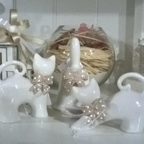 gatto in ceramica bianca