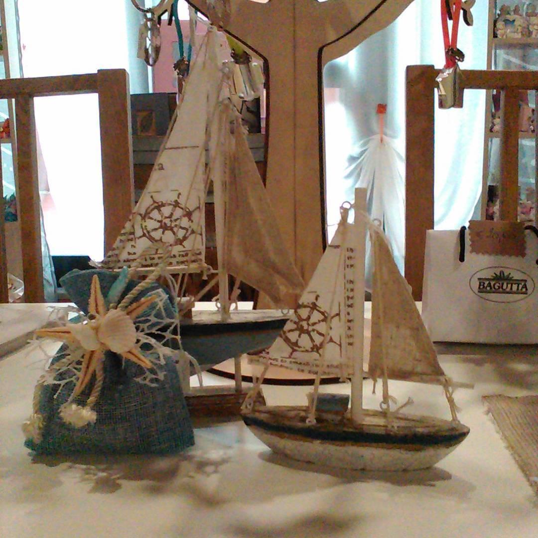 accessori a forma di barche in legno da appoggiare