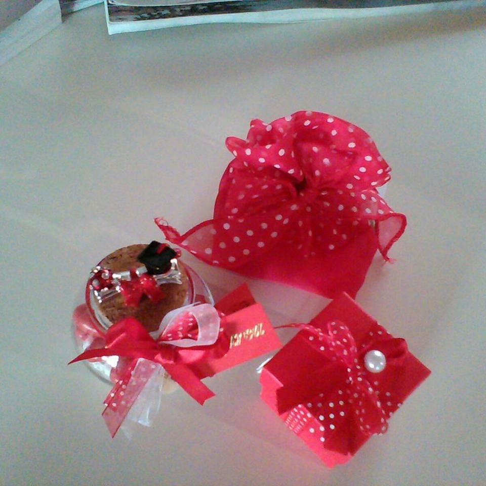 fiocco rosso con palline bianche