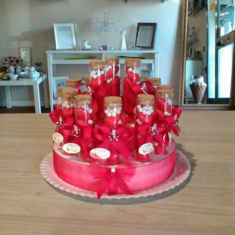 confetti dentro un tubetto con fiocco rosso