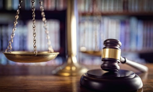 martelletto giudice e una bilancia
