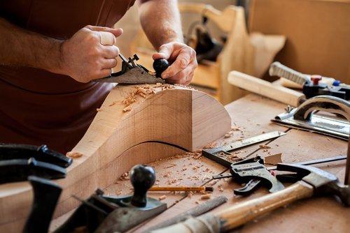 Falegname lavora un blocco di legno