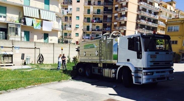 un camion degli spurghi e degli uomini