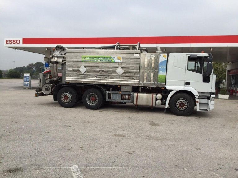un camion degli spurghi in una stazione di servizio