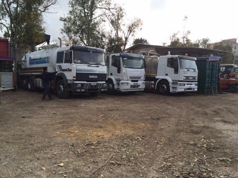 tre camion degli spurghi parcheggiati
