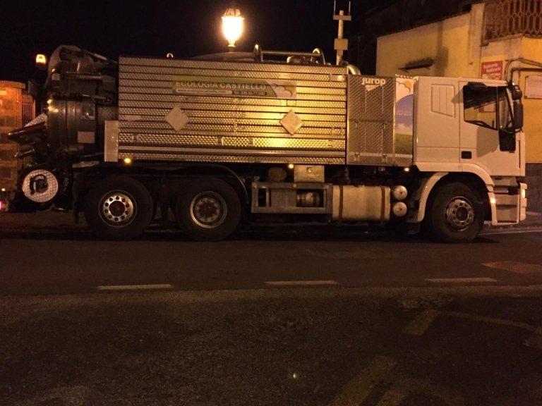 un camion degli spurghi in una strada di sera