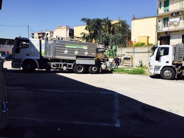 due uomini e vicino dei camion degli spurghi
