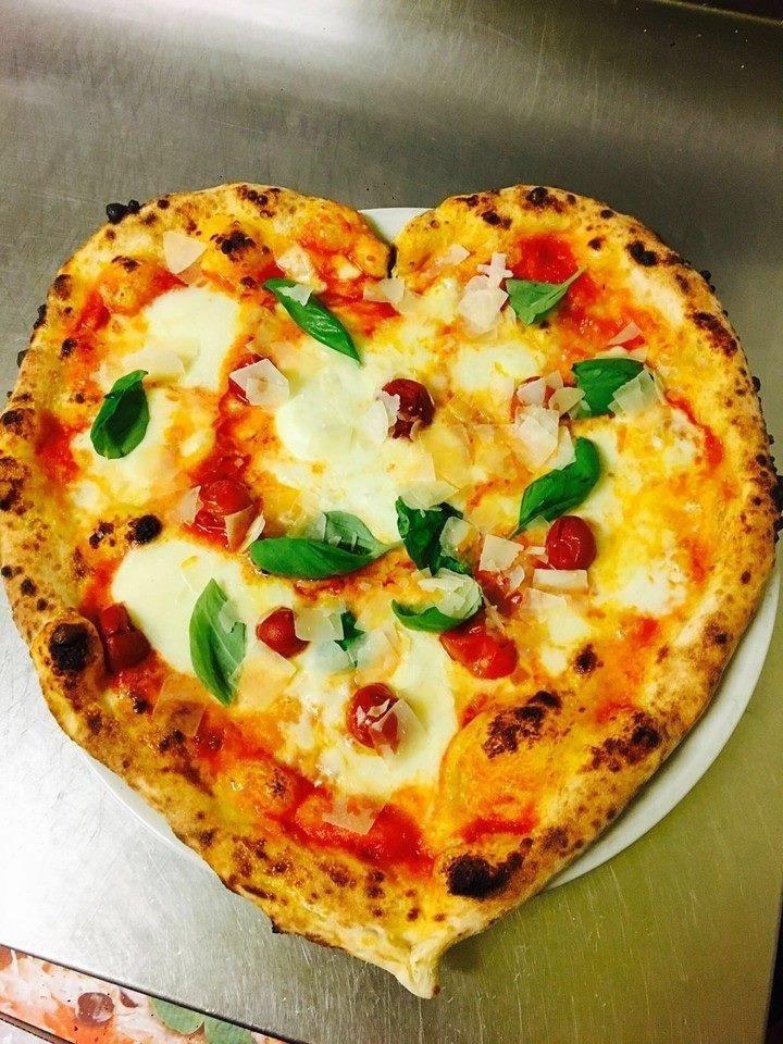 Pizza margherita a forma di cuore