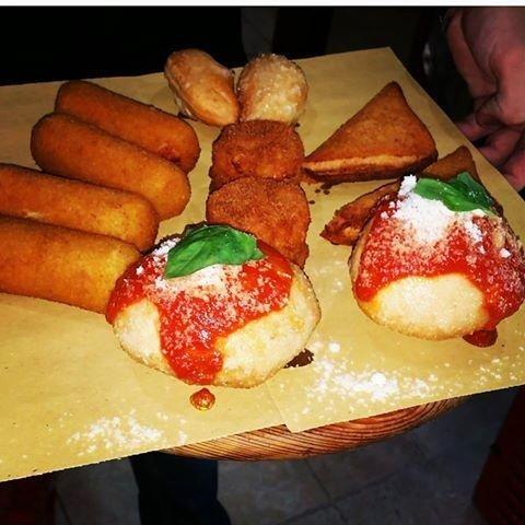 Piatto con crocchette e panzerotti fritti