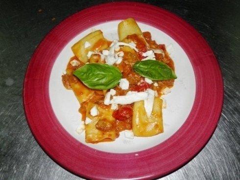 Piatto di pasta al forno con basilico