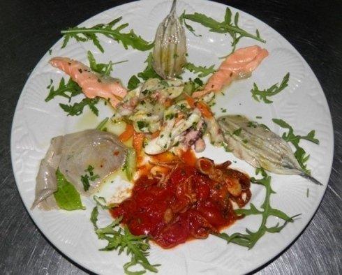 Piatto con pesce e frutti di mare