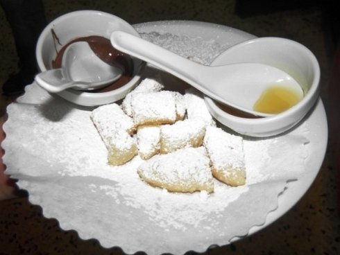 Dolcetti fritti con miele e zucchero a velo