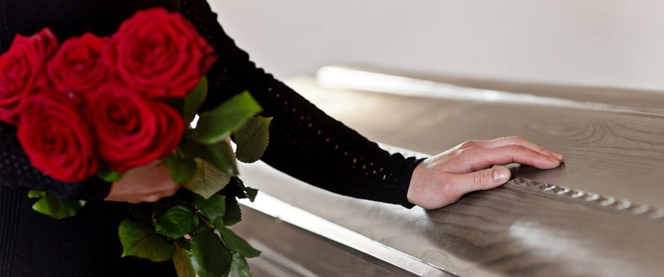 mano di una donna su una bara