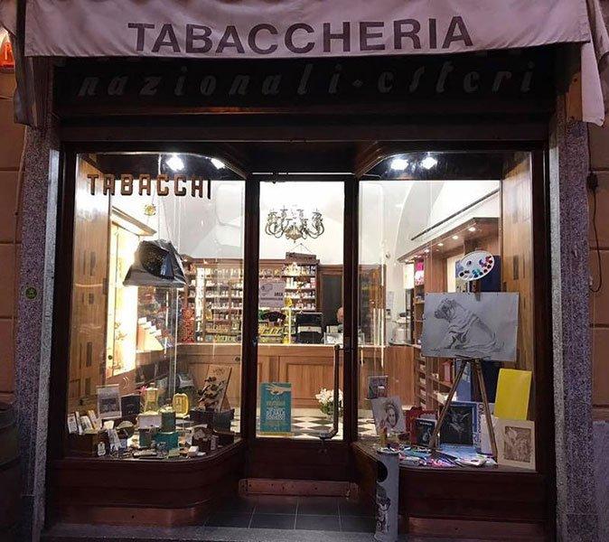 Vista l'entrata principale del business con diversi oggetti in entrambi i vetrine