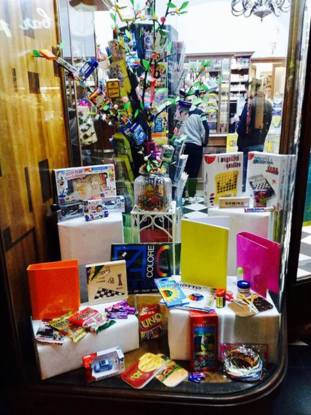 Suggestivo aparador pieno di opzioni di regali per bambini: giocattoli, pitture, materiale per mestieri....