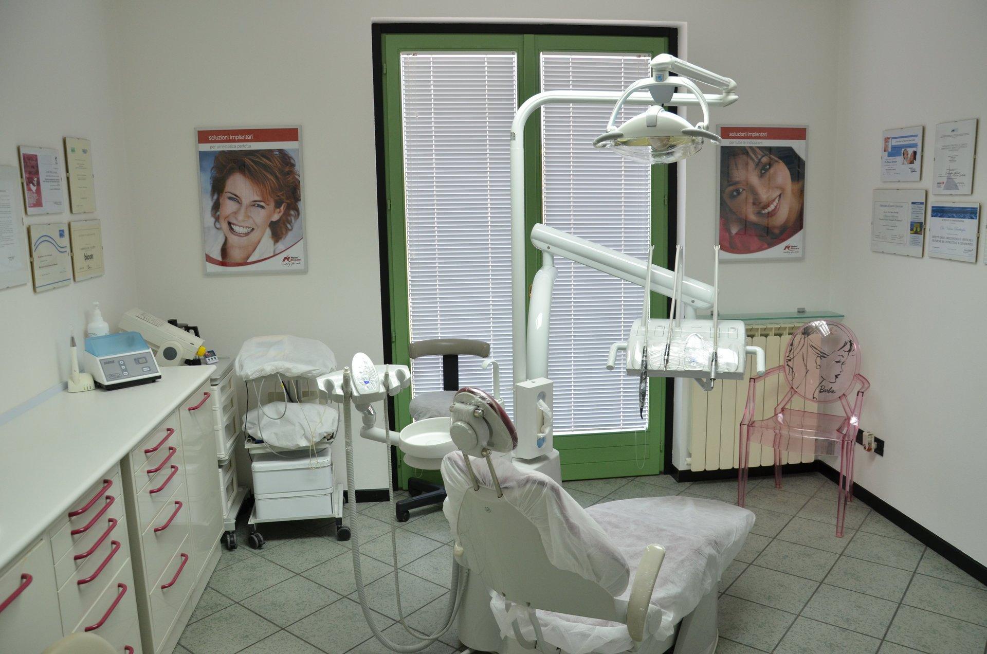 Bocca sorridente con gli strumenti del dentista accanto