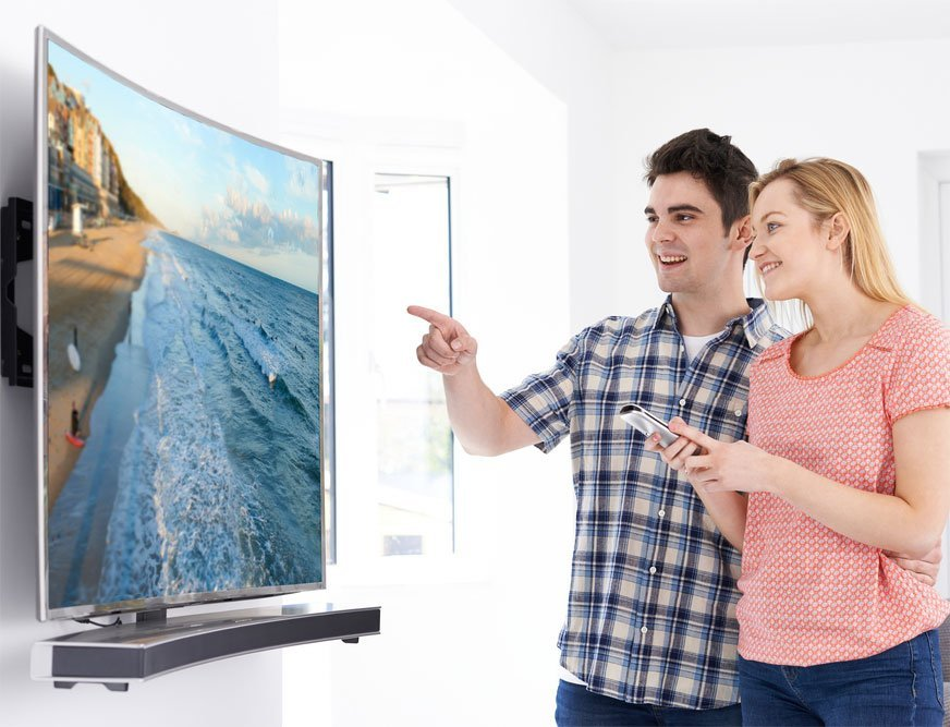 Coppia che osserva un televisore