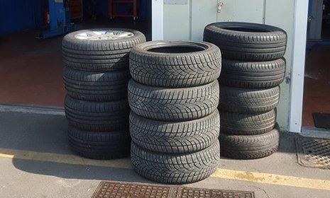 3 pile di pneumatici