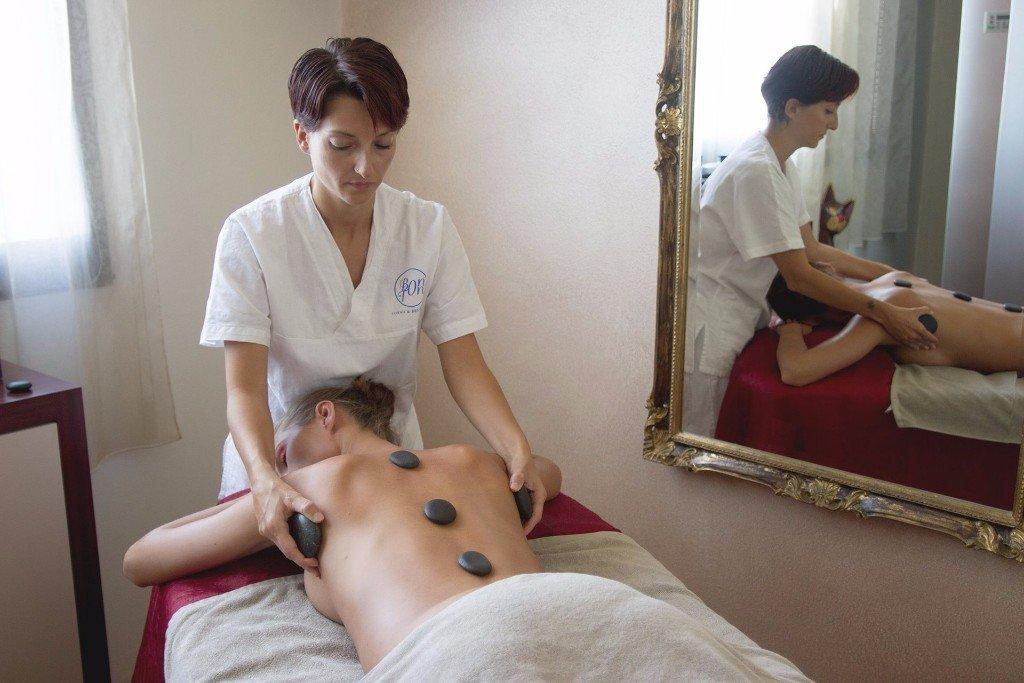 Donna durante massaggio rilassante