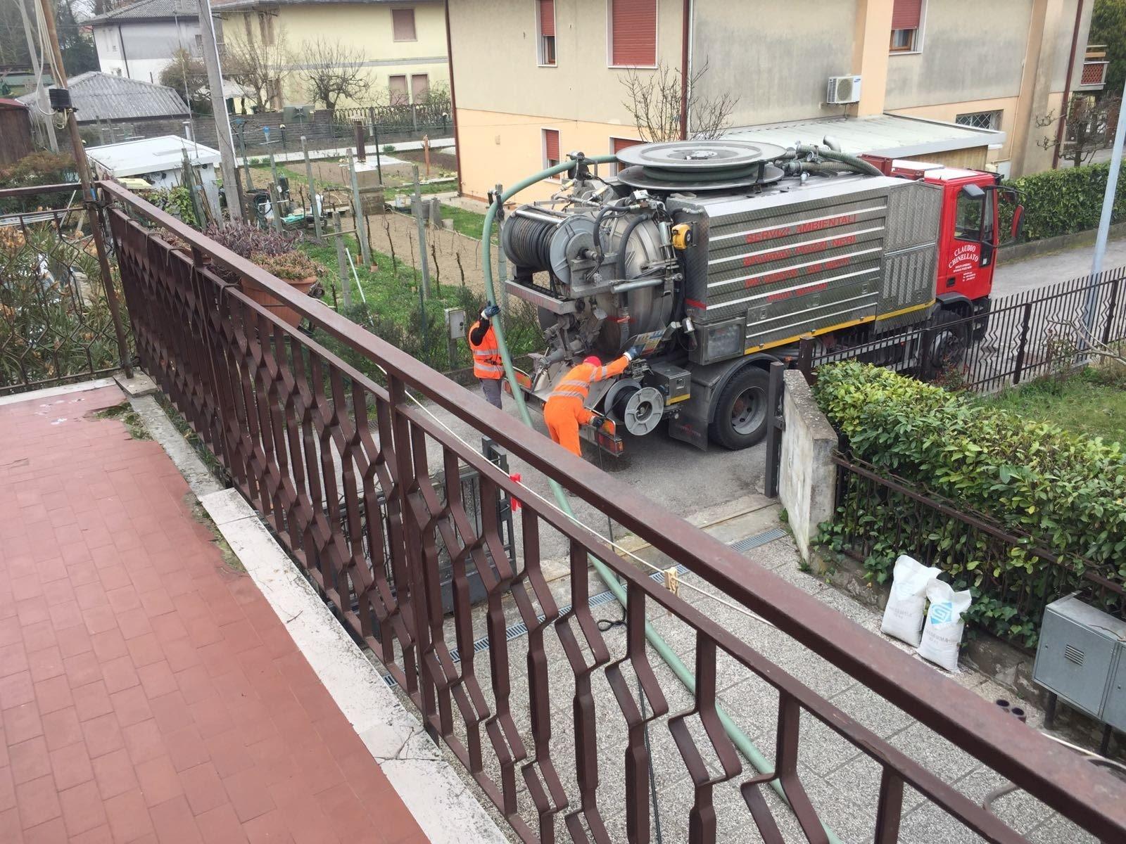 mezzo per spurghi, vista dal balcone