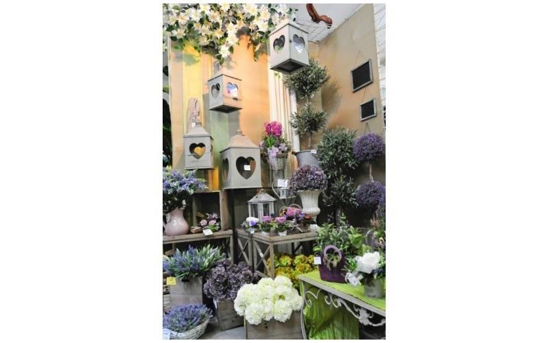 Composizioni con fiori e lantere