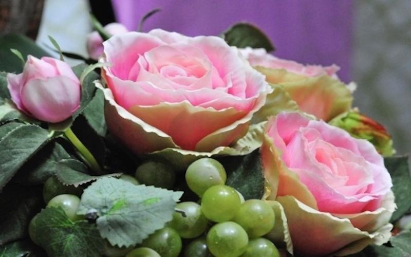 Composizioni con fiori e frutta finta