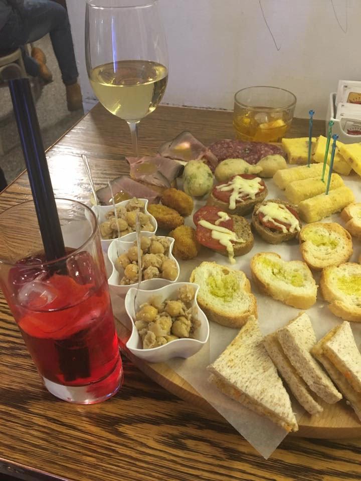 un tavolo con dei cocktail e degli antipasti