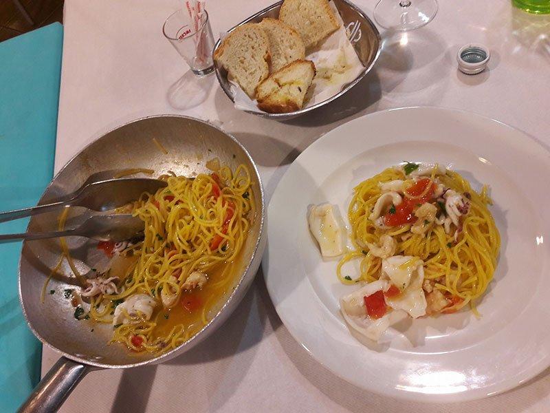 un piatto di spaghetti al pesce
