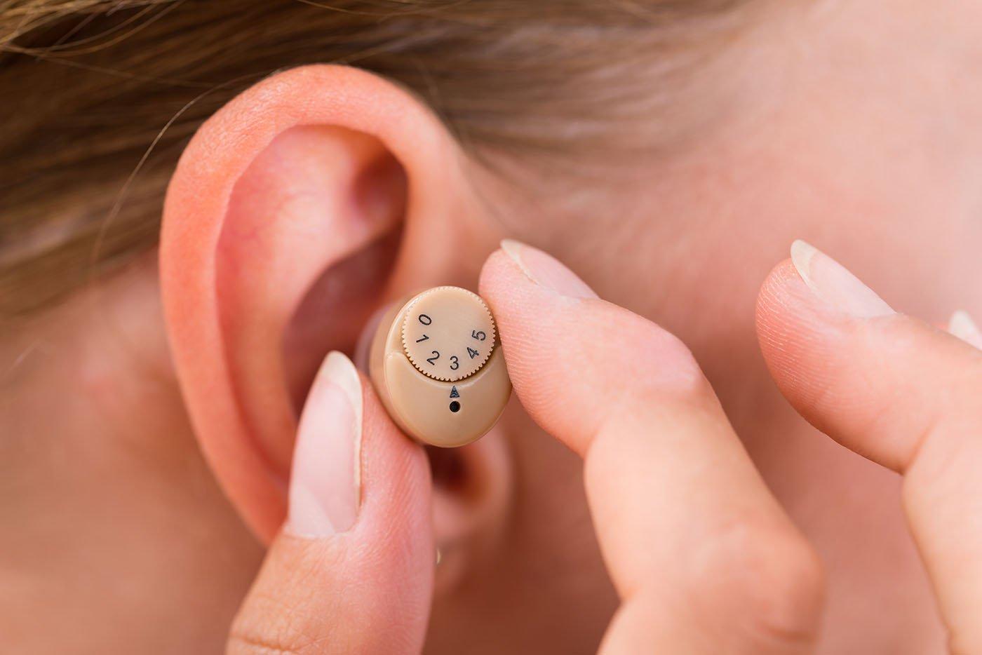 primo piano di un apparecchio uditivo