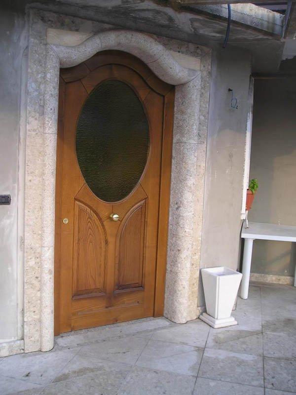 Porta in legno con vetrata