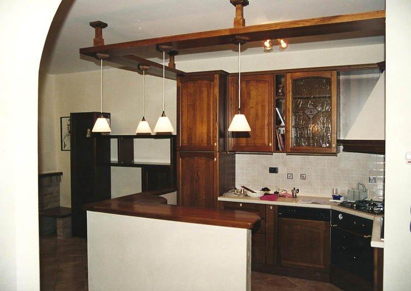 Cucina con arredi e pensili  in legno