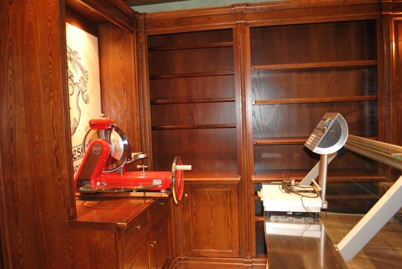 Mobile con scaffali in legno realizzato su misura