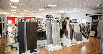 showroom con materiali in esposizione