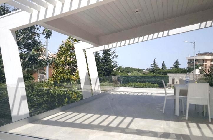 tettoia con ringhiera in vetro