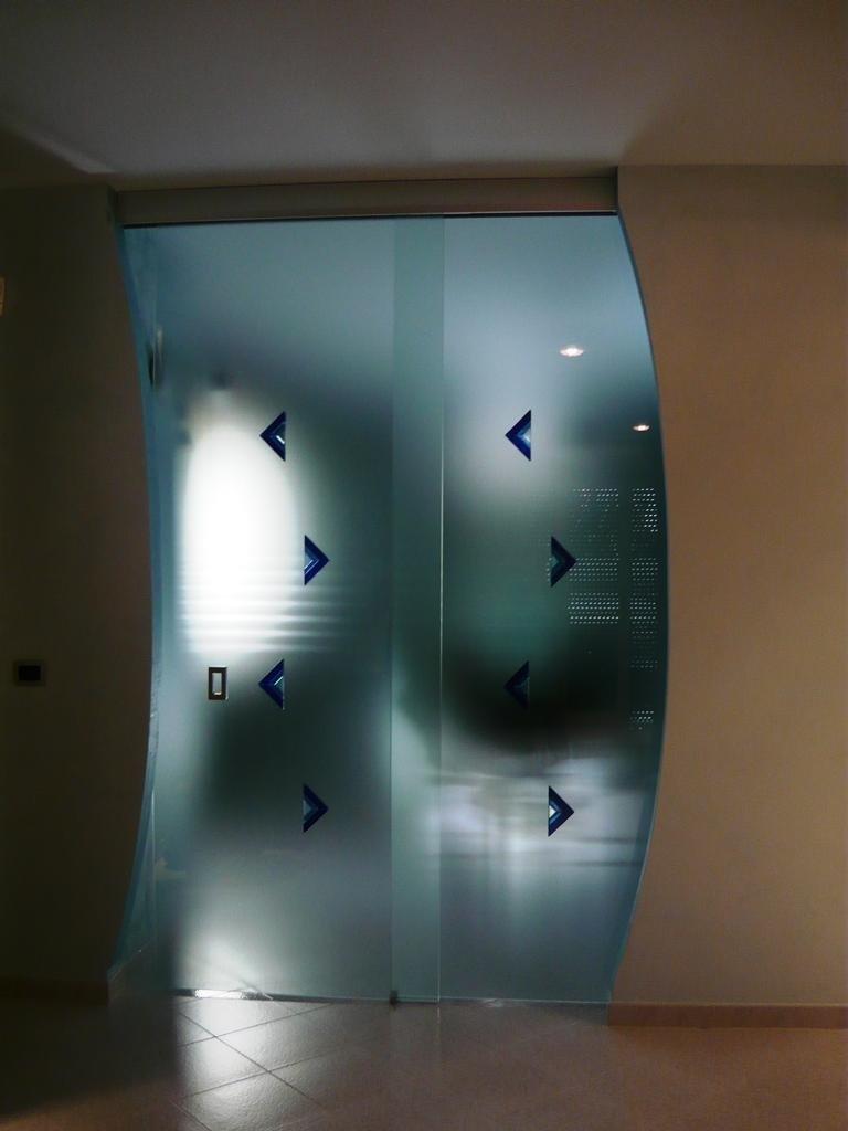 porte scorrevoli con disegni geometrici
