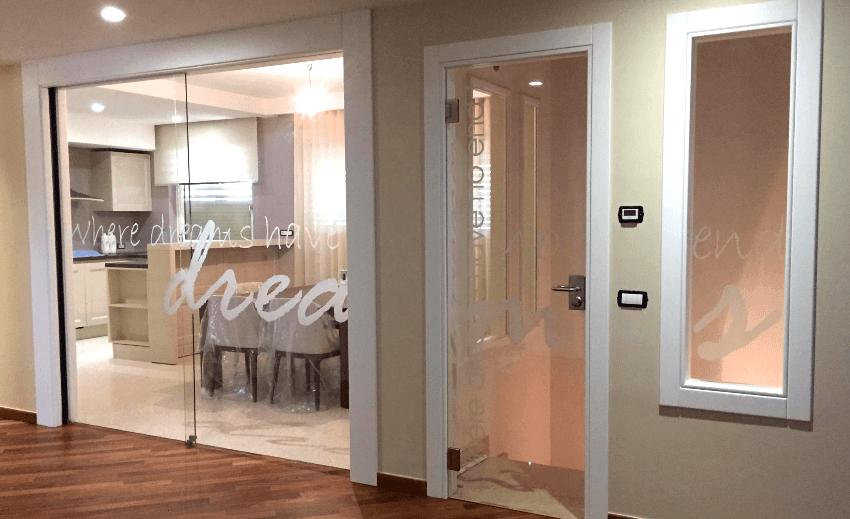 porta con adesivi decorativi