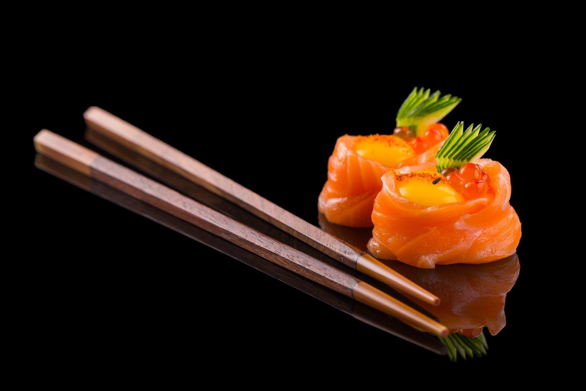 Impiegato mettendo il sushi in una cassa per mangiare in casa