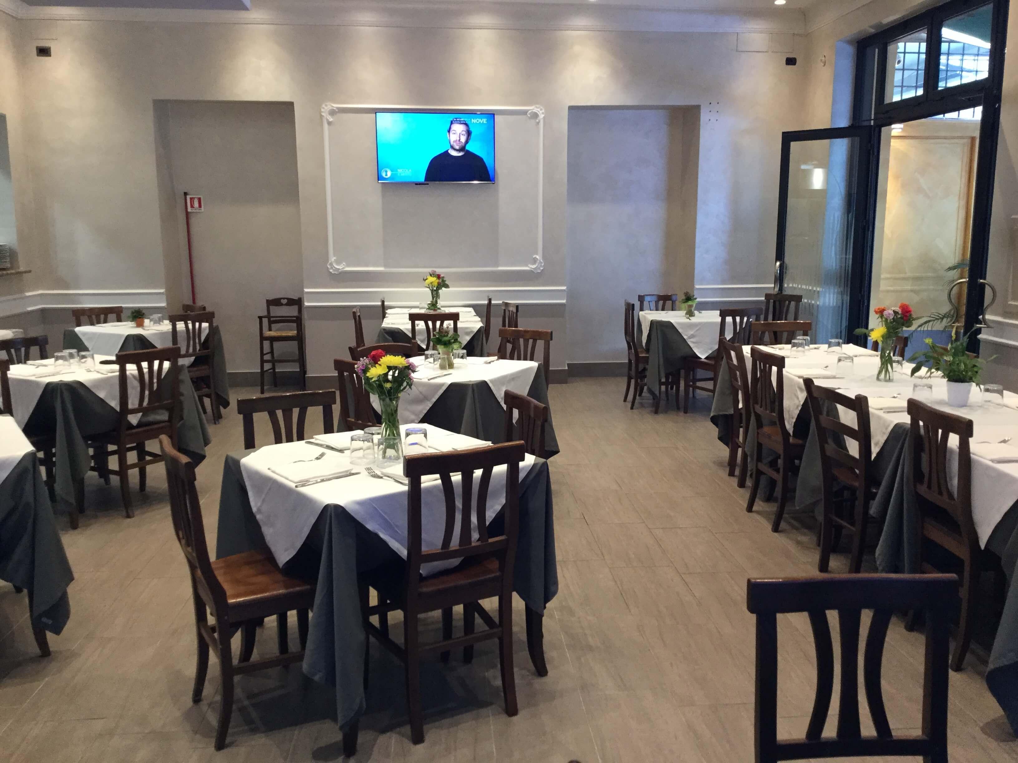 sala ristorante interna con tv