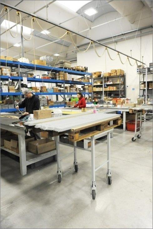 Le diverse materie prime vengono assemblate da operai specializzati fino ad arrivare alla forma finale del lampadario.