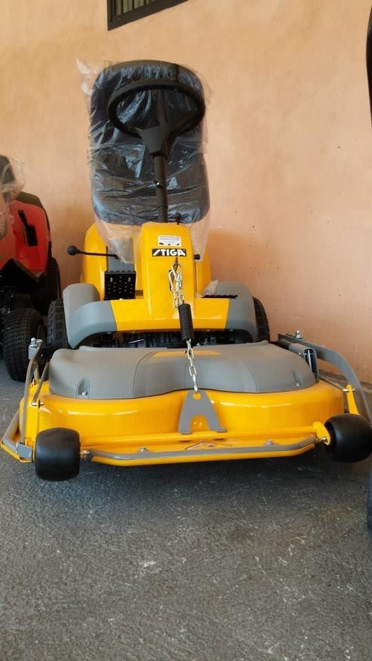 Tosaerba giallo a motore