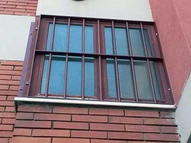 finestra con inferriate