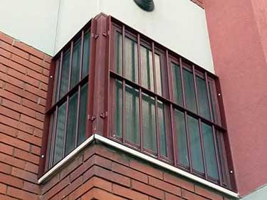 vista dal basso di una finestra con inferriate