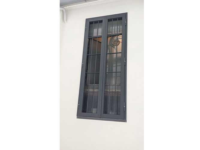 finestra con inferriate in ferro chiuse
