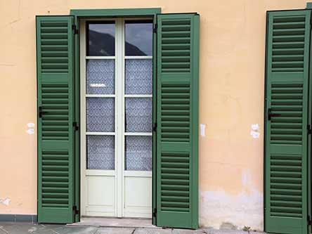 porta finestra con persiane verdi aperte