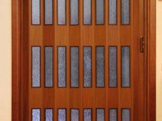 dettaglio di una porta in legno scorrevole