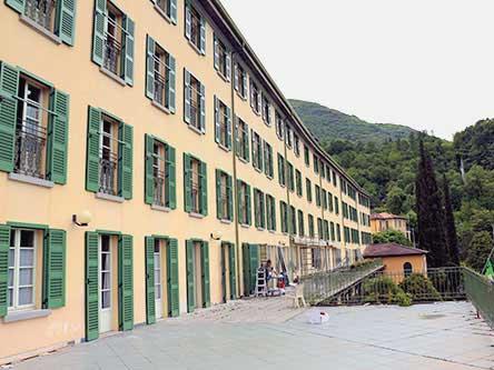 vista laterale di un edificio con persiane aperte