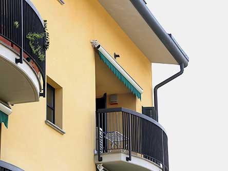 vista angolare di un balcone con tenda parasole chiusa